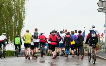 Les coureurs traversent le pont au Chesnes
