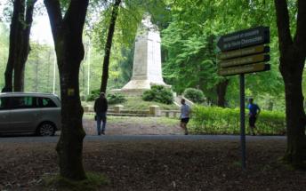 Passage devant le monument de la Haute Chevauchée